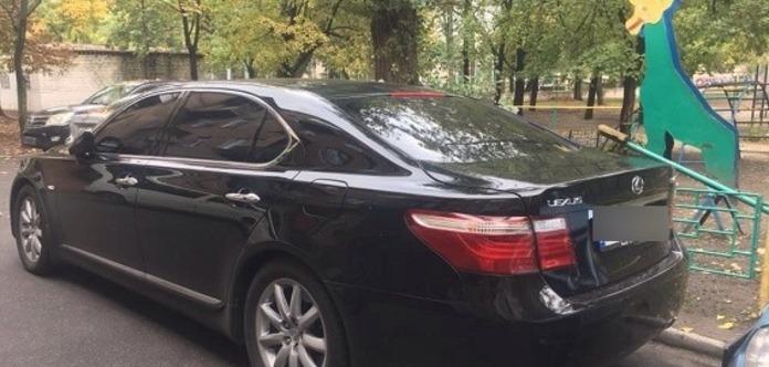 Неизвестные выстрелили в мужчину под киевским обменом валют