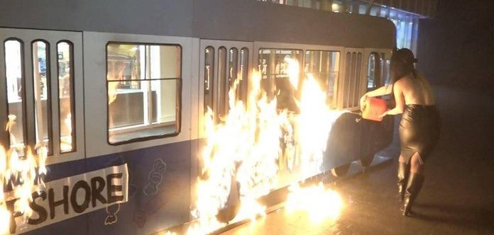 Активістки Femen у Вінниці спалили декорації під магазином Roshen