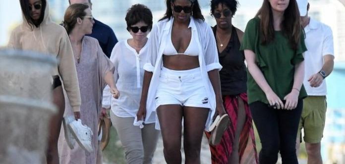 Мишель Обаму засняли в бикини во время отдыха с дочкой