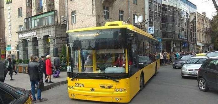 Они слишком много ели: в Киеве остановился троллейбус из-за веса пассажиров
