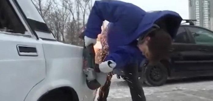 Взбешенный россиянин подпилил болгаркой соседнее авто, чтобы припарковаться