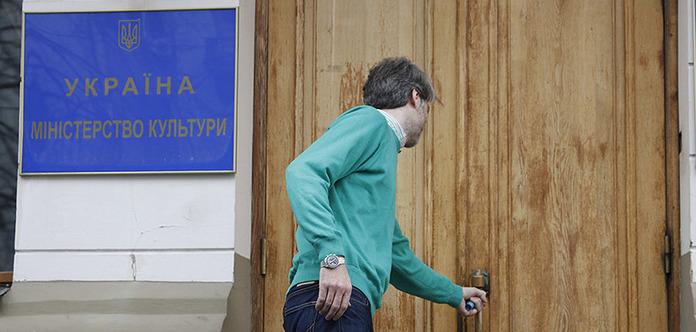 Робота за строковим контрактом добиває українську культуру