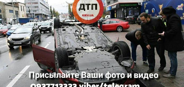 В центре Киева Mazda перевернулась на крышу после ДТП