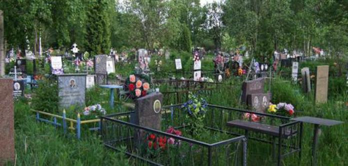 На кладовищах у Дніпрі заборонили встановлювати столи та огорожі