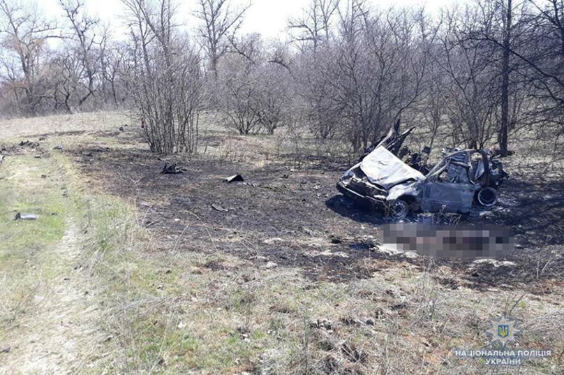 Чотири обвуглених трупа: На Луганщині авто з родиною підірвалося на міні