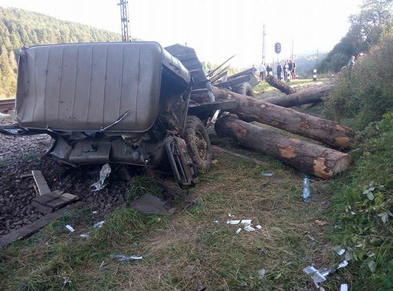 Назападе Украины поезд снес фургон