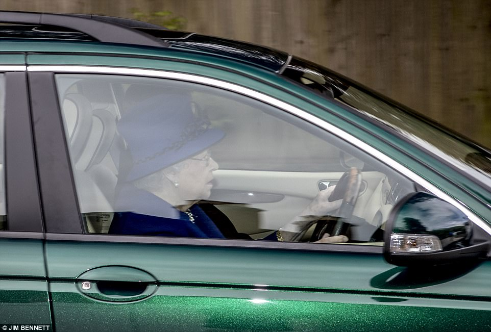 ЕлизаветаII прокатилась зарулем «Jaguar»