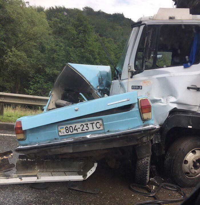 ДТП наЛьвовщине. «Волга» навстречке врезалась в грузовой автомобиль , погибли два человека
