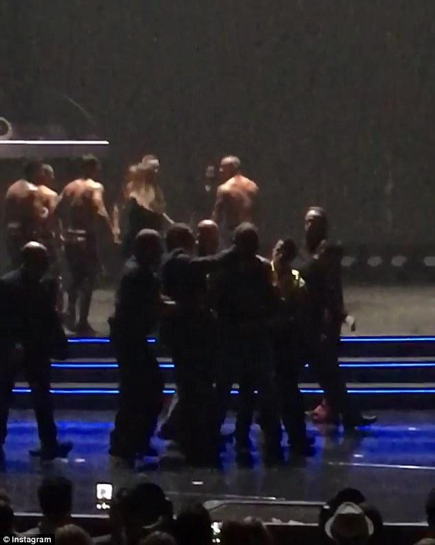Поклонник попытался напасть наБритни Спирс вовремя ееконцерта вЛас-Вегасе