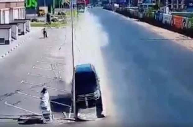 Вседорожный автомобиль  под Киевом чуть несбил женщину с сыном  натротуаре
