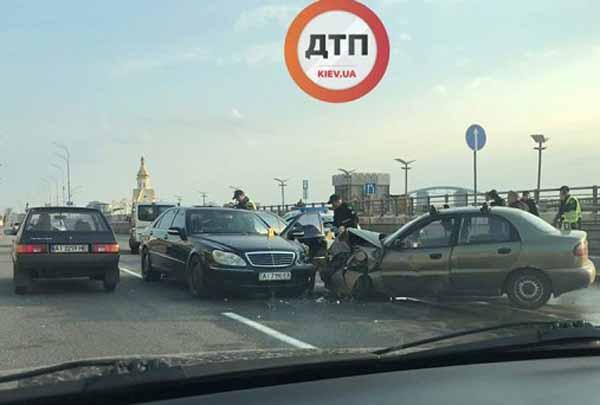 УКиєві неподалік Поштової площі водій Mercedes скоїв лобове зіткнення