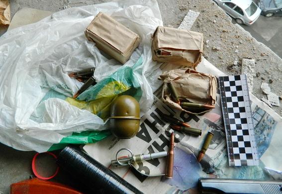 Вподъезде киевской многоэтажки отыскали тайник соружием ибоеприпасами