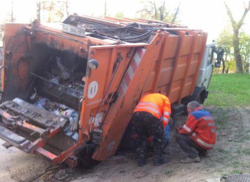 УКиєві під асфальт провалився сміттєвоз