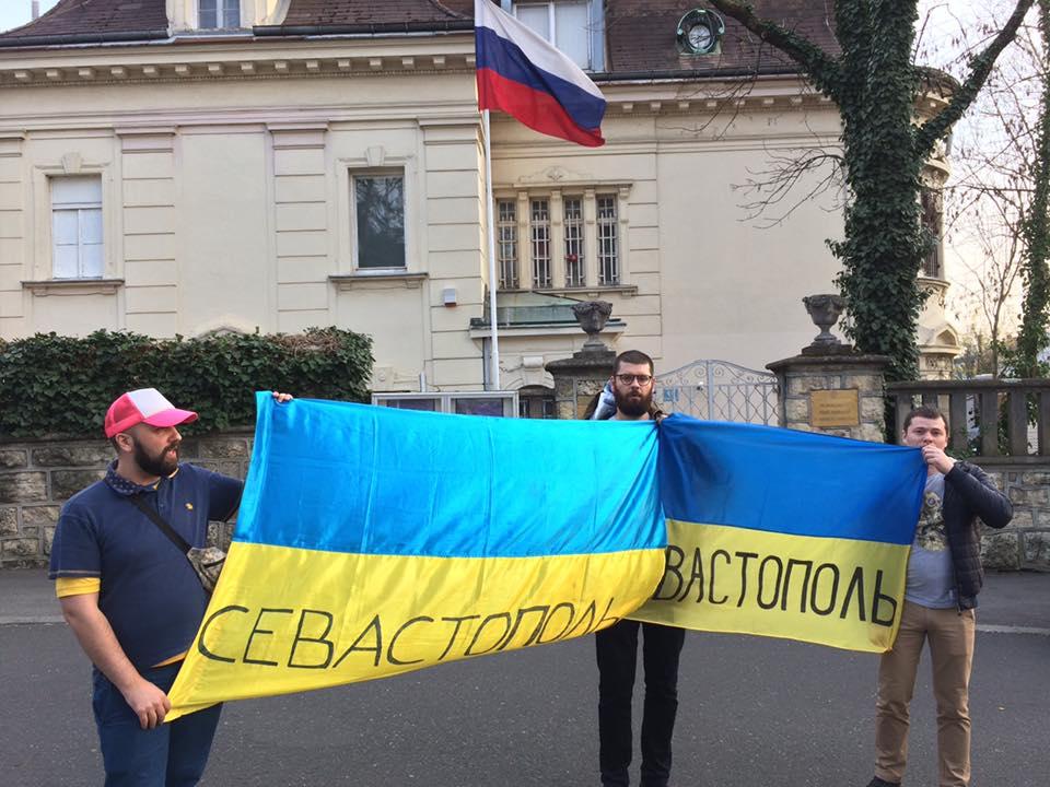 ВХорватии украинские фанаты пикетировали посольствоРФ снадписью «Севастополь» нафлагах