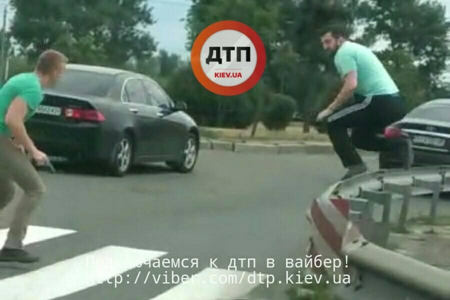 ВКиеве водители устроили драку сострельбой