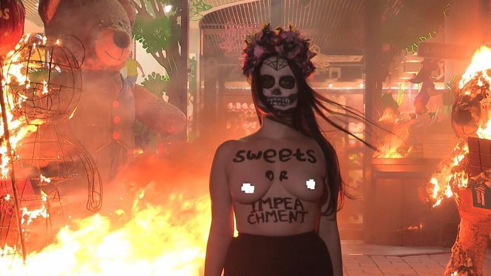 Вцентре столицы Украины около фабрики «Рошен» активистки Femen устроили пожар